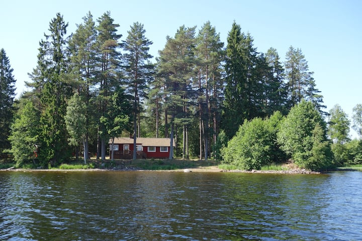 Södraskog holiday cottage at the lakeside.