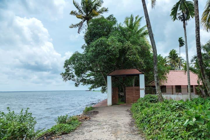 Lake facing 03-Bedroom Cottage in Kumarakom - Kumarakom - Oda + Kahvaltı