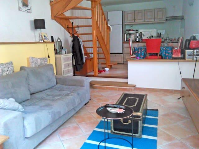 Chambre en mezzanine dans remise restaurée - Popian