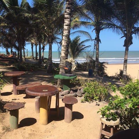 Restaurante Cabana do Claudio com cardápio variado de comidas típicas do Espirito Santo e Bahia.  Somado a um perfeito banho de mar da Praia do Claudio.