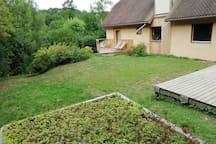 Votre terrasse et accès privé donnant sur le jardin.
