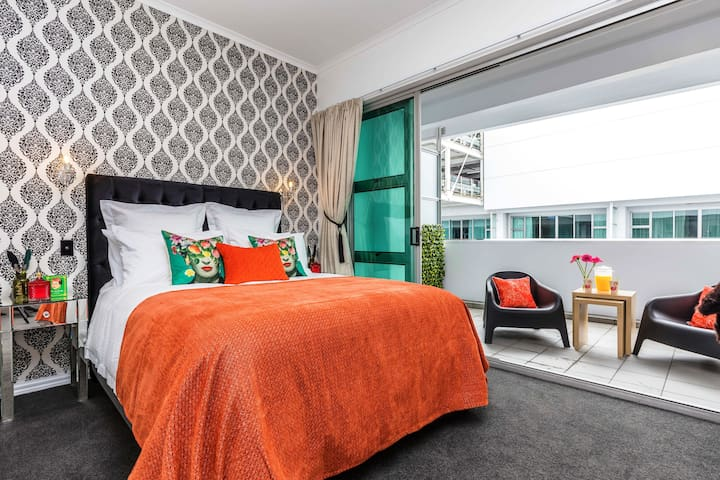 Vibrant Viaduct Apartment With Balcony-Auckland