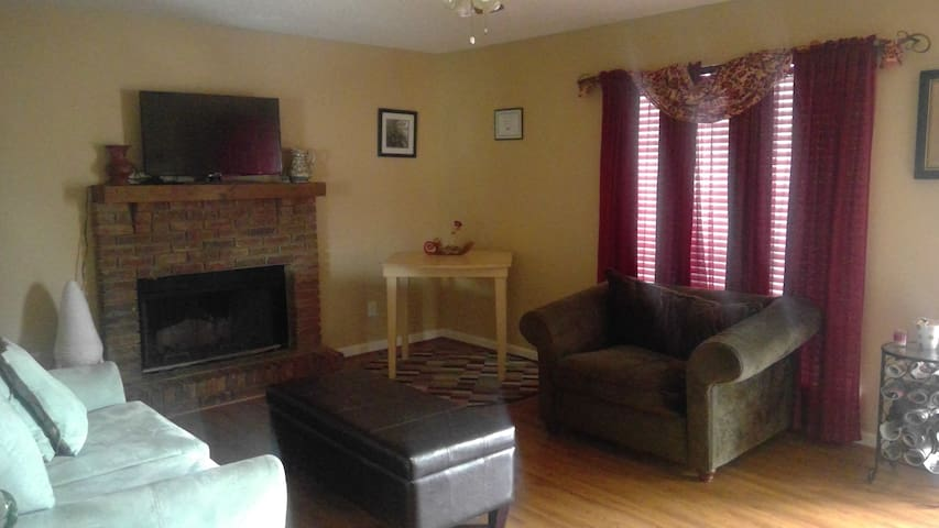 COZY 2BD with large  backyard - Pleasant Grove - Casa