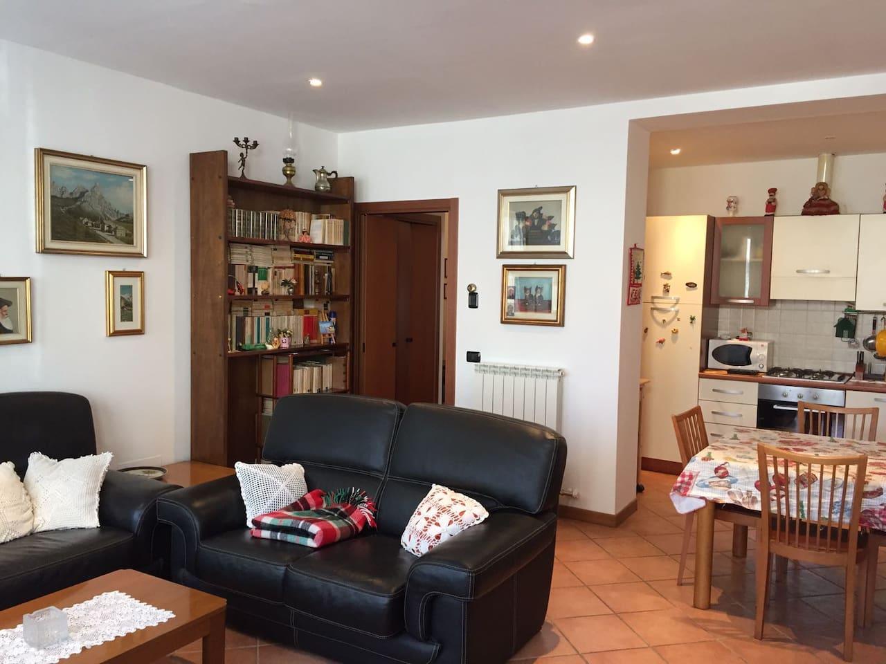 Il soggiorno e la cucina (living room and kitchen)