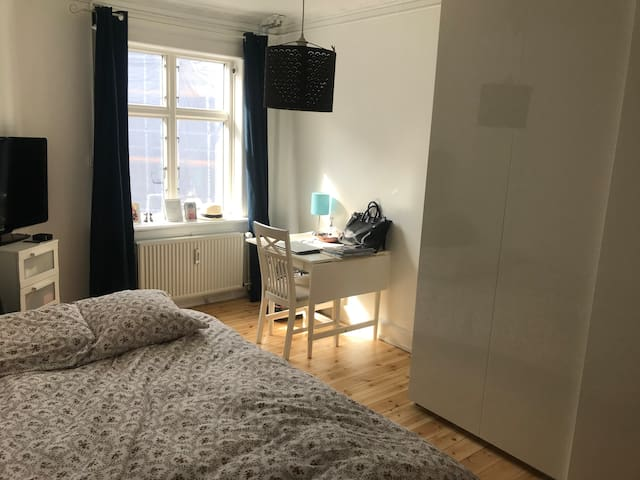 Nice room in shared apart 10min walk from Tivoli