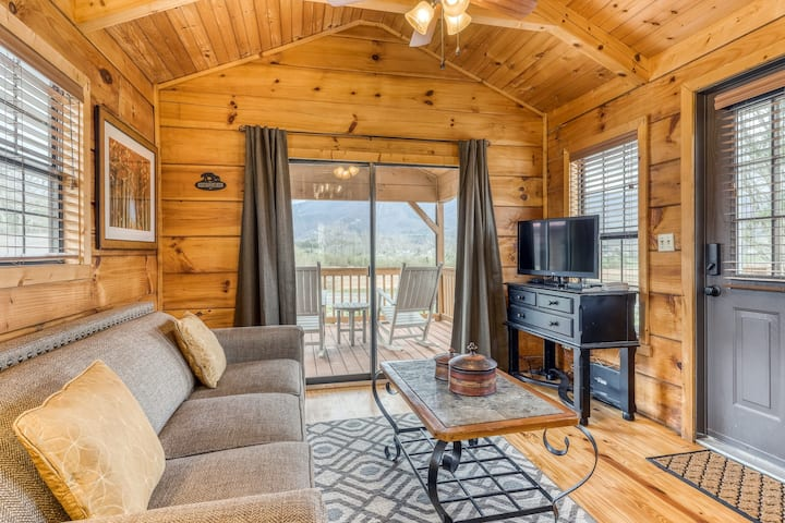 Cute cabin w/ a firepit & covered deck - perfect for a couple or small family!