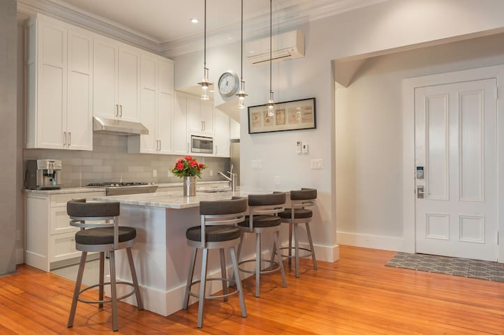 Gorgeous Beacon Hill 2BR/2BA New Remodel Upscale - Boston - House