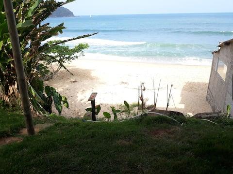 Fot på sanden vendt mot havsurf paradis.