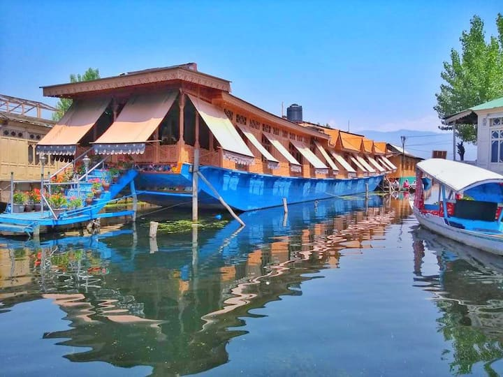 comfortable & luxurious place in dal lake