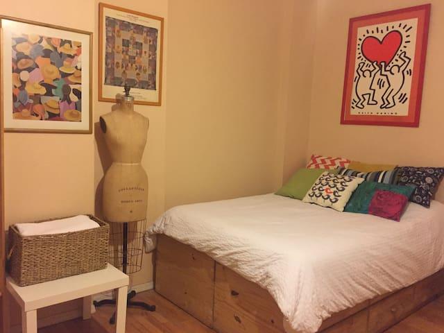 Cozy Room #3, Landmark Home 1 Block to PRATT