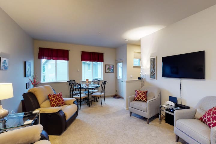 Cozy condo in center of town - walk to restaurants, shops, and the river!