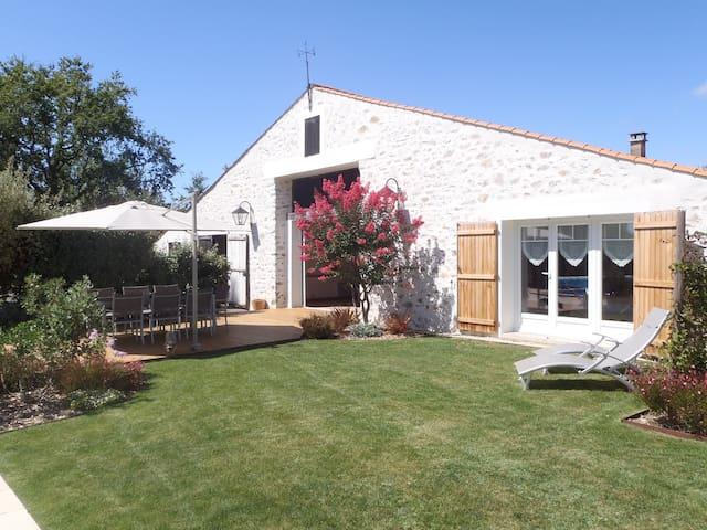 Grange rénovée piscine chauffée et jardin - ST MATHURIN - Rumah
