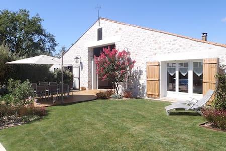 Grange rénovée piscine chauffée et jardin - ST MATHURIN - 独立屋