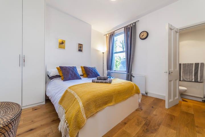 NEW -Wilde Victorian Room & private Bathroom