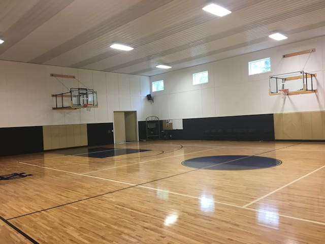 Notre Dame area home indoor basketball court - Guesthouses for ...