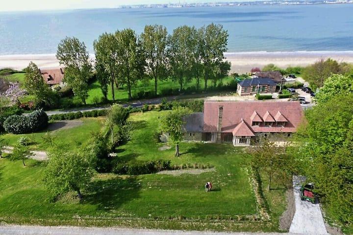 Exceptionnelle maison du peintre Roland Oudot.