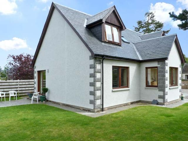 BRUACH GORM COTTAGE, pet friendly in Grantown-On-Spey, Ref 4447