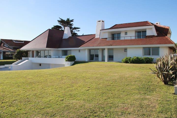 Excelente Casa Frente al Mar de Punta del Este. - punta del este - House