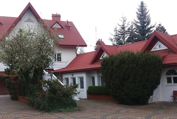 Whole 80m2 house for 2-6 people nearby Warsaw - Natolin - Bungalov