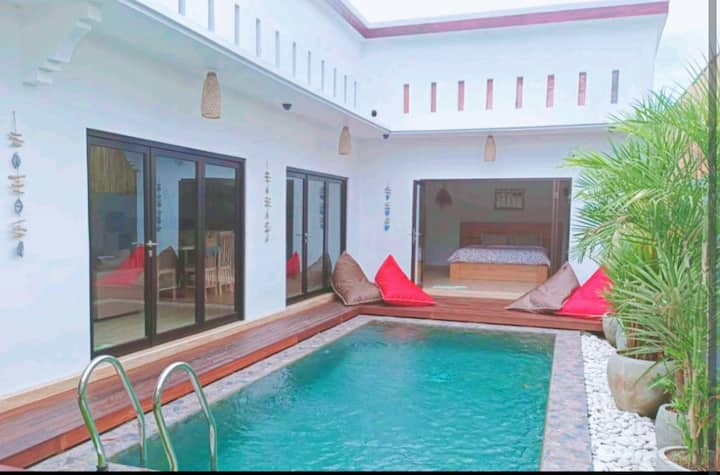 Villa with pool. Great location. Walk to the beach