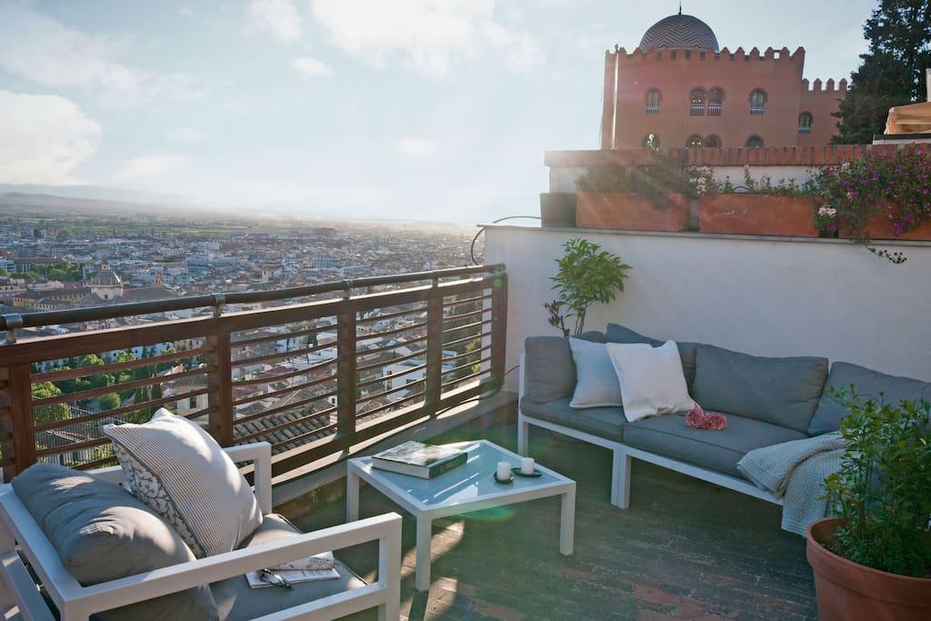 Terraza 1. Vistas a Granada. Hotel Palace al fondo