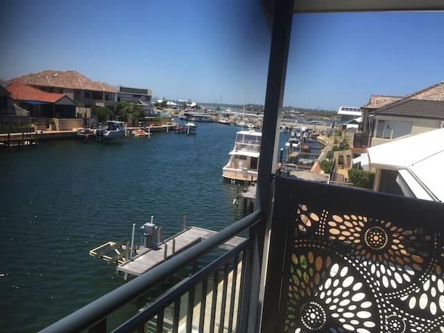 MANDURAH LARGE CANAL FRONT  HOLIDAY HOME OWN JETTY - Wannanup - Hus