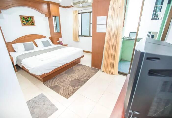 芭东海滩核心商业区温馨大床房(付费机场接送)