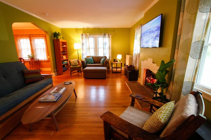 Colorful Uptown Retreat (2nd floor)
