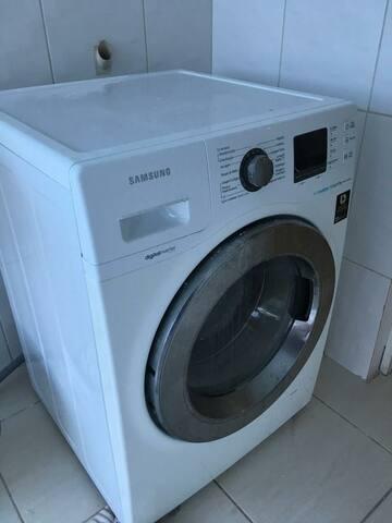 Máquina lavar e secar roupas.