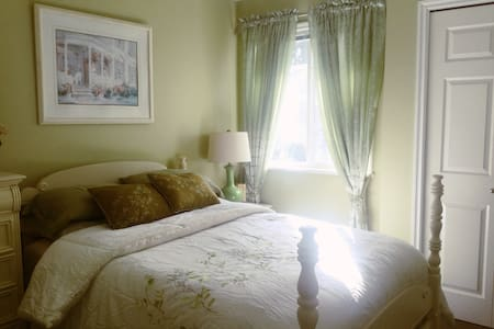 Tranquil room in cozy home plus! - Maple Ridge - House