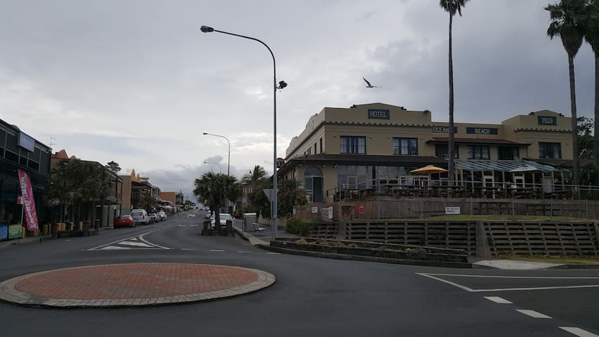 Beach Hotel with a beautiful ocean view, 3-4 min drive. Shellharbour Village shopping area with lots of restaurants and takeaways.