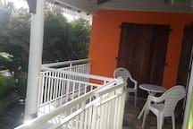 La terrasse très ventilée à l'étage de l'appartement.