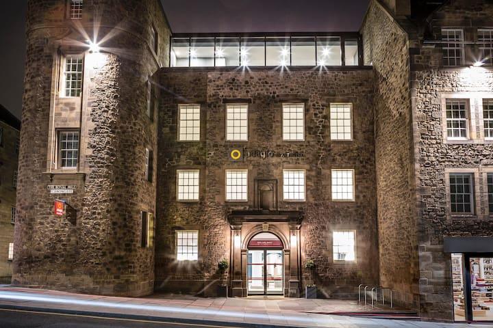 Essential Travel Only: Handsome Studio Capacity 2 At Edinburgh