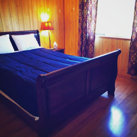 Bright & Private Room w/ Comfy Bed, near SFU - Port Moody - House