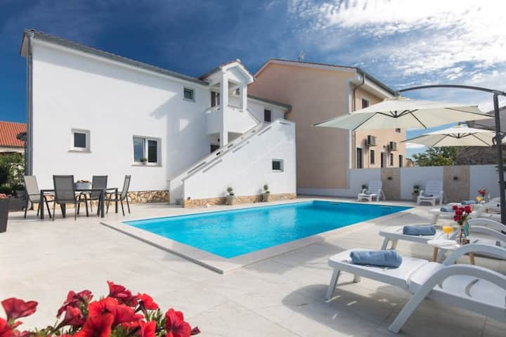 Comfortable Apartment Mira with Shared heated Pool