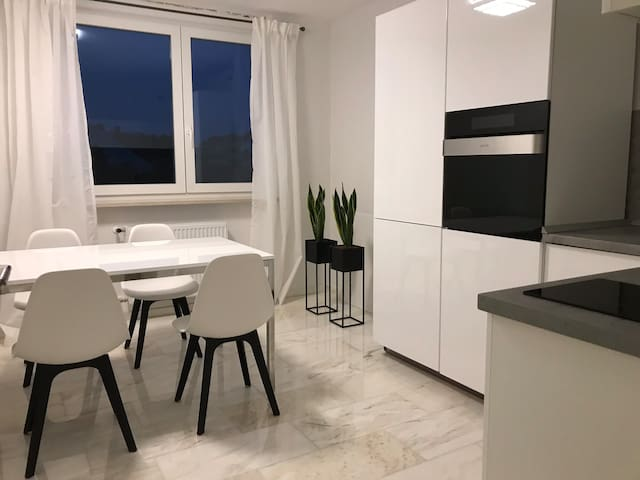 NEW! Modern 1-BR Apartment close to Train Station