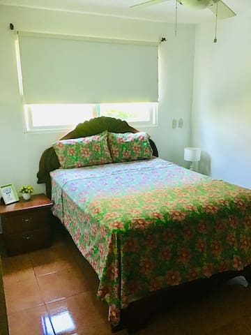 Comfortable Queen bed, ceiling fan and **air conditioning** (12US)