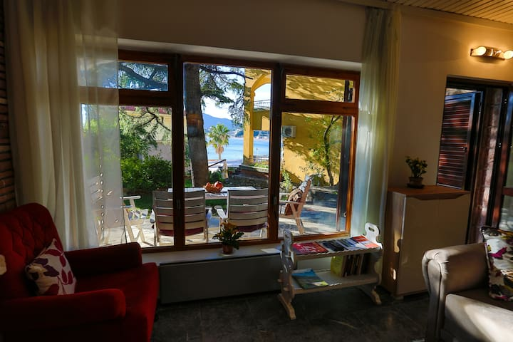 Holiday home w/2 bedrooms + garden with sea view