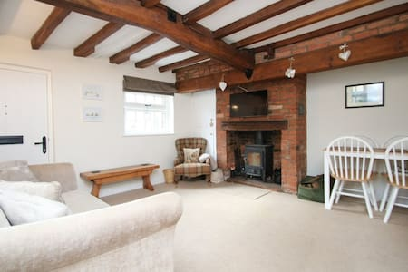 Cosy Cottage Village Retreat - Log Burning Stove