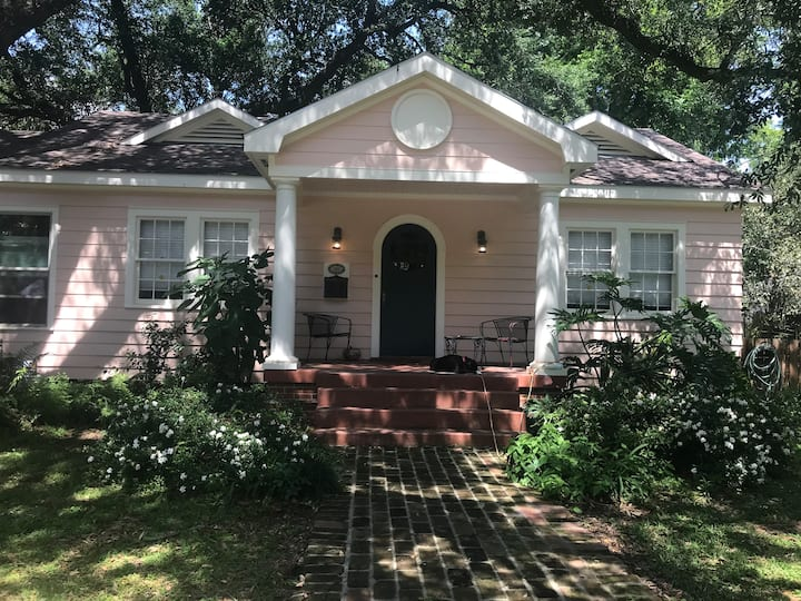 Special 2 bed 2 bath Cottage on Charming Street