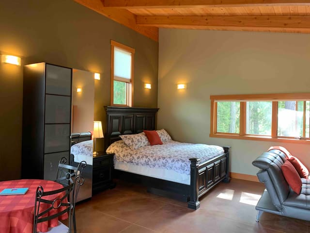 Riverfront studio with kitchenette in lower Kaslo
