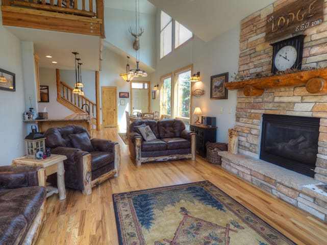 Mountain lodge on the river! Beautifully furnished! Sleeps 8