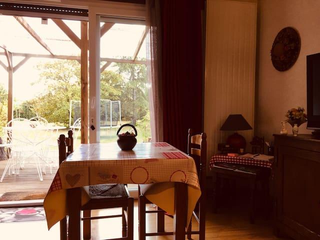 Oasis de calme Prenez vos repas avec vue sur le jardin en extérieur comme en intérieur