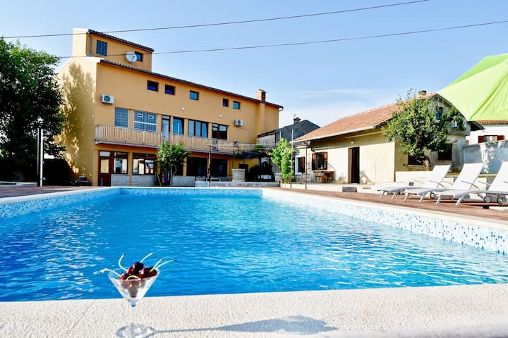 Holiday apartment with the pool A1