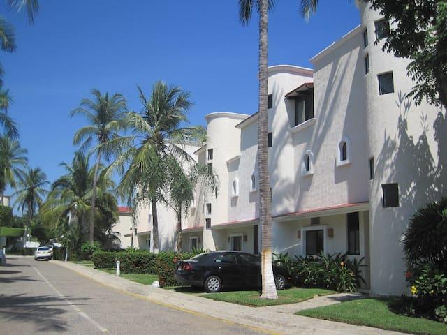Golf Villa in Acapulco Diamante w/access Hotels