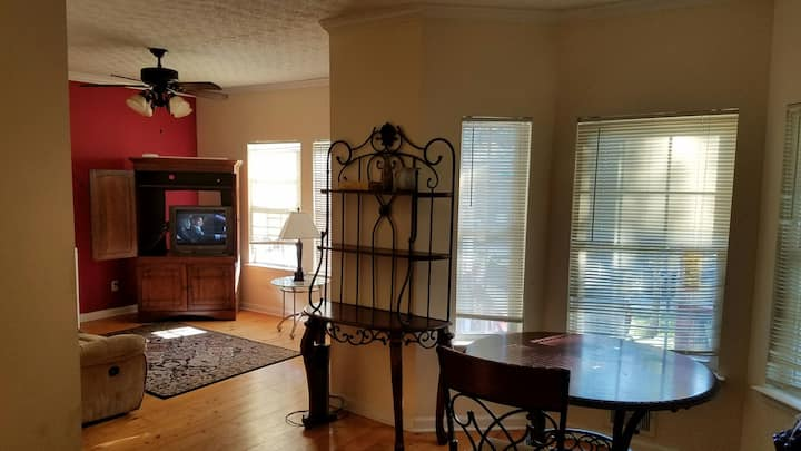 Listing L3- Private room,cable WiFi.
