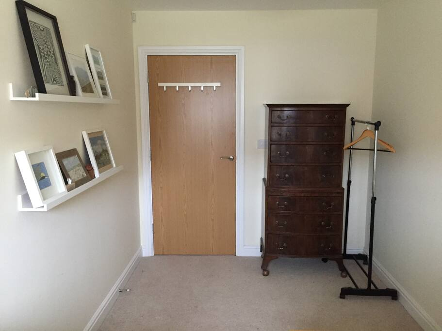 The guest room, drawers and rail