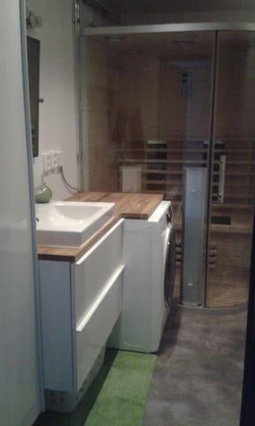Salle de bain avec Douche, WC, Sauna, lavabo et machine à laver