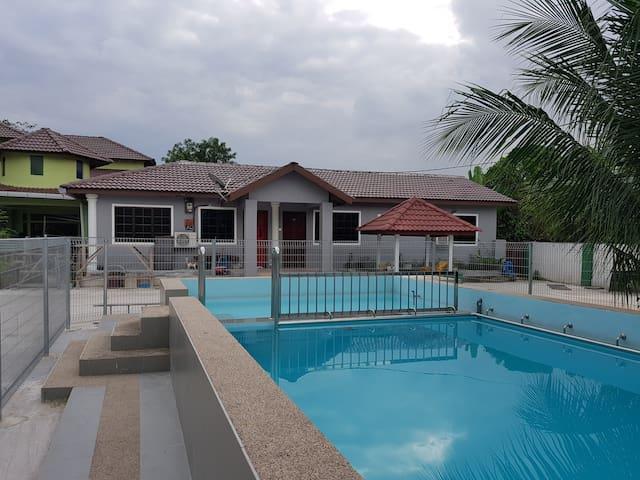 Homestay Sg Buloh - 2 Bedroom / 2 Bath with Pool.