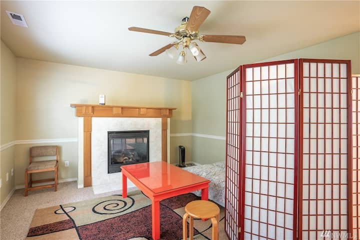 Queen Futon+ Gas Fireplace @ Snoqualmie Ridge Home